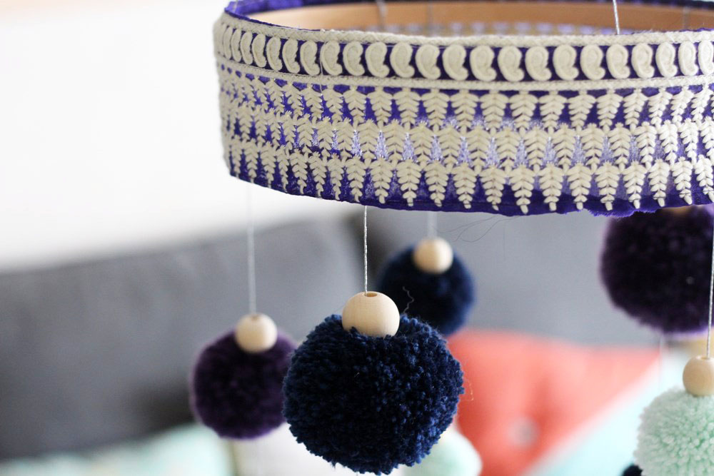 projet-diy-suspension-pompoms-rubans-19-creativa-2016